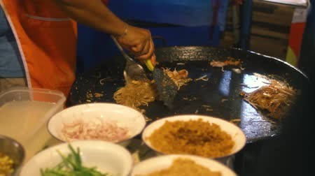 comerciante : Street food in thai noodle at night, Pattaya, Thailand