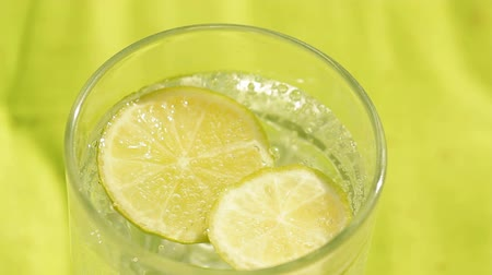bebida : Glass of sparkling water and lemon refreshment background