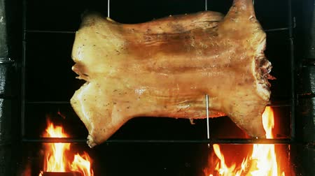 svině : Piglet roasted on a spit