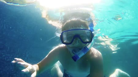 nadador : Tennager training Snorkeling in home swimming pool