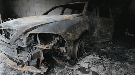 otopark : Mr. footage of burned out car in garage after fire, grunge scene apocaliptic Stok Video