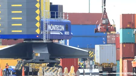 navio : Moving freight on the harbour