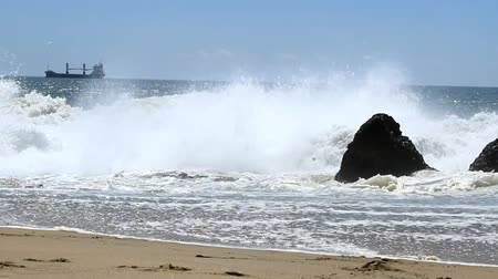 gigante : Giant waves hitting shore