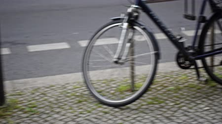 ladrão : Stolen bike, wheel and padlocks left on the spot