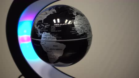 aluminium : Levitating magnetic globe, stop motion, spinning, illuminated by LED lights Wideo