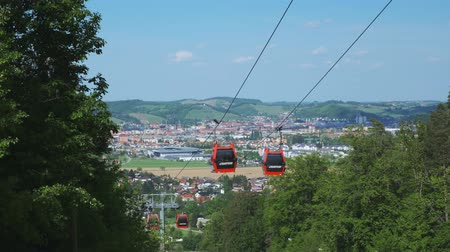 entre : Maribor, Slovenia - May 2, 2019: Cable cars of Pohorska vzpenjaca cableway in Maribor transport tourists between Maribor city and Pohorje mountain.