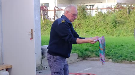 kuchenka : Slovenska Bistrica, Slovenia - Oct 4 2019: Firefighter demonstrates extinguishing a kitchen fire with wet blanket at public event at the fire station in Slovenska Bistrica, Slovenia