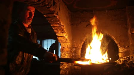 kowal : blacksmith in the smithy Wideo