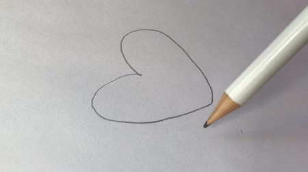 grafit : Artists draw a wooden pencil, draw a heart on paper. Stok Video