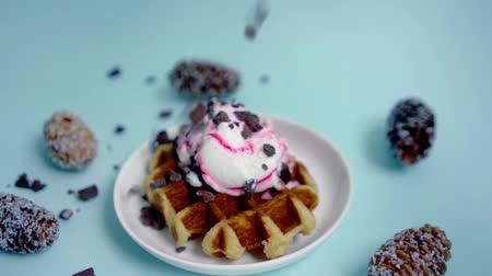 gofre : Waffle de helado espolvoreado con trocitos de chocolate Archivo de Video