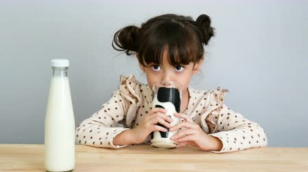 cálcio : 4K. portrait of adorable girl drinking fresh milk with funny face Vídeos