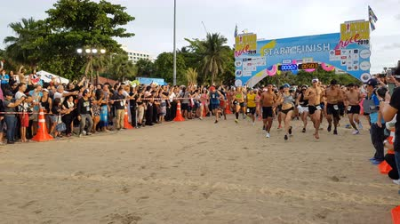 годовой : PATTAYA, THAILAND - JUNE 8, 2019: a part of runner, participant of Pattaya Bikini Run 2019 in Pattaya, Thailand on JUNE 8, 2019 Стоковые видеозаписи