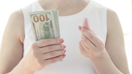 financování : Hand holding US dollars. Woman doing a rich gesture.