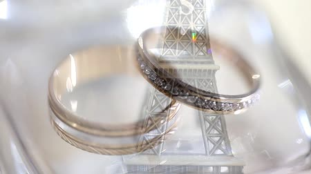 halkalar : Wedding rings on the Eiffel Tower. Wedding rings lie on the Eiffel Tower. Symbol of Paris.