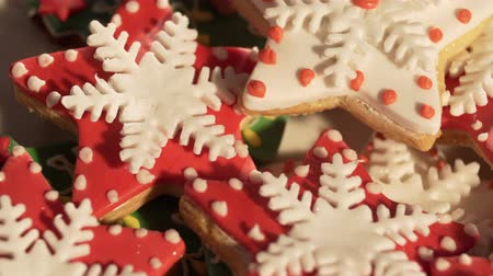 keksz : Video 4k, decorating cookies of ginger cake for Christmas. multi-colored cookies. Stock mozgókép