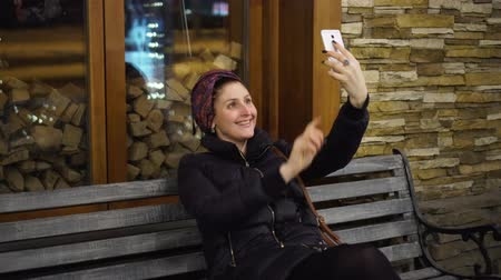 végre : Girl taking selfie with smartphone smiling happy