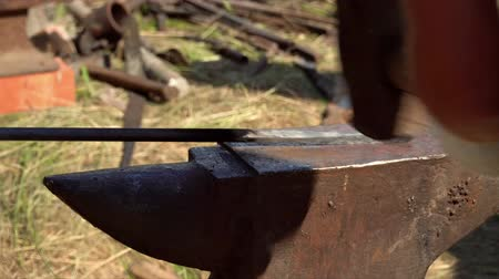 demirci : Blacksmith working metal with hammer. Blacksmiths make machete. Hands of the smith by the work. The strong man works at a glade. The smith forges a poker Stok Video