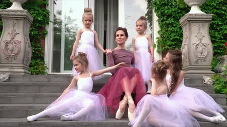 театр : The teacher of the ballet has taken the schoolgirls under the wing. The careful teacher cares for the ballerinas Стоковые видеозаписи