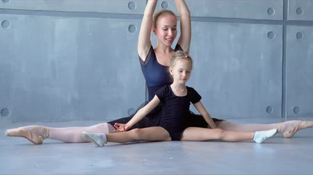 instructie : Children and teacher at the ballet school. Lesson of classical ballet in a dance school. The teacher of the ballet shows warm-up before a lesson of dances. Stockvideo