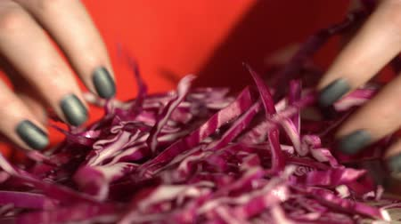 repolho : Woman chef. Female hands cut red cabbage. Healthy food. Close up. 4K.