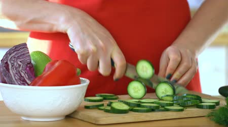 tábua de cortar : Woman chef. Female hands cut cucumber. Healthy food. Close up. 4K. Stock Footage