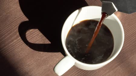 gejzír : Super slow motion top view of coffee pour into cup from geyser coffee maker Dostupné videozáznamy