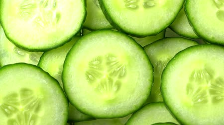 szelet : Top view of fresh sliced cucumber rotation.