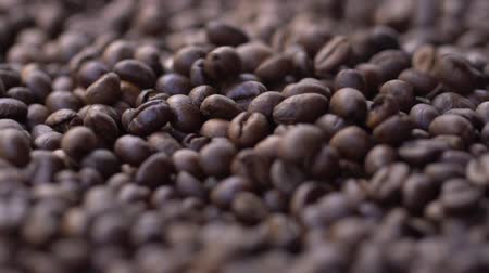 горсть : High quality video of falling coffee beans in real 1080p slow motion 120fps.
