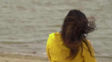 montanhoso : Close back view of red woman hair tender movement in the air in slow motion. Woman walking on sandy beach. Macro video. Stock Footage