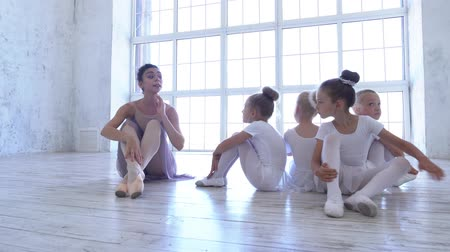 репетитор : Ballet School. Small ballerinas learn to dance. Beautiful view. Стоковые видеозаписи