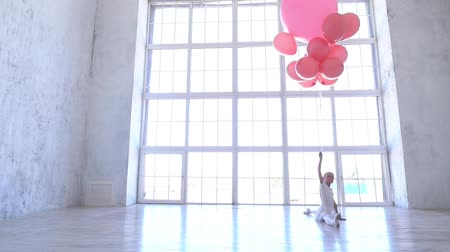 репетитор : Ballet School. Little ballerina dancing with pink balls.