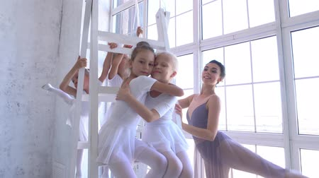 özel öğretmen : Ballet School. Little ballerinas dancing with pink balls. Stok Video