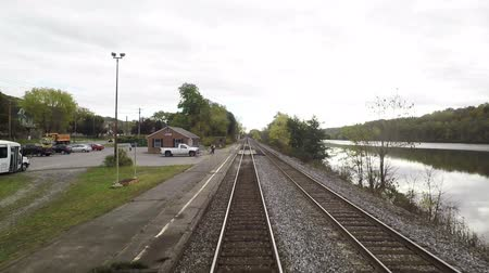 állomás : A train departs Amsterdam Station in New York State and travels alongside the Mohawk River