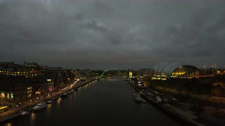 salie : Een timelapse-opname van de schemering van de Tyne-brug in Noord-Engeland. De muzieklocatie The Sage, The Baltic Centre for Contemporary Art en de Millennium Bridge zijn allemaal zichtbaar. Stockvideo