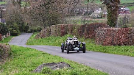 veterano : A 1948 Bentley Special climbs Southwaite Hill in Cumbria, England.  The car is taking part in the 11th Flying Scotsman Rally, a free public-event.