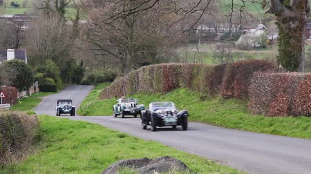 průvod : A procession of vintage cars climb Southwaite Hill in Cumbria, England.  The cars are taking part in the 11th Flying Scotsman Rally, a free public-event.