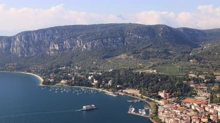 склон холма : An aerial view from Rocca across the town of Garda.  Garda is a town on the edge of Lake Garda in North East Italy and Rocca is a large hill overlooking the town.
