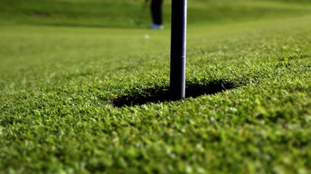 delikleri : the perfect long distance golf putt Stok Video
