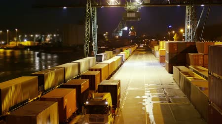 exportação : Container load on truck - timelapse - shot at night