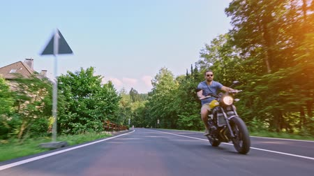 байкер : Motorbike on the road riding. having fun riding the empty road on a motorcycle tour  journey 4k video Стоковые видеозаписи