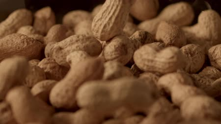 amendoins : peanuts falling in slow motion