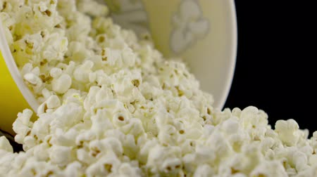 bioscoop : pop corn vallen in slow motion Stockvideo