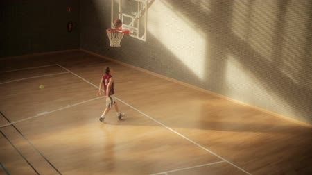 арена : Kid playing basket with a nice light. HD