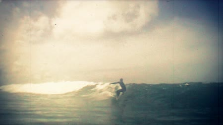 surf : Nice old school and slow motion surfer on rights. Dostupné videozáznamy