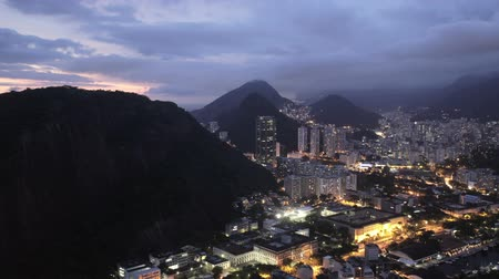 atividades : Time lapse of Rio de Janeiro city by nightfall, view of the city with mountains and cloudy sky. HD