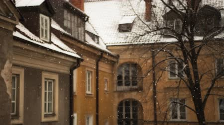 pré natal : Beautiful shot of snow falling in an old city.