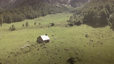 коттедж : Beautiful aerial back travelling shot of a rustic country house in Viella, Catalonia, Navarra, Aragon - Spain. HD