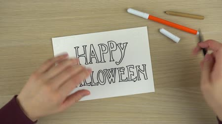 spinneweb : Womens handen tekenen Happy Halloween inscriptie timelapse