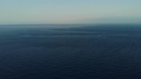 успокаивающий : The camera flies over the calm sea. Flying over the sea. Clear horizon. Aerial view. 4K