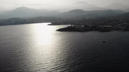 görögország : Crete. Aerial view. Flying towards the island of Crete from the sea. Beautiful Islands in the light of the setting sun. 4K Stock mozgókép